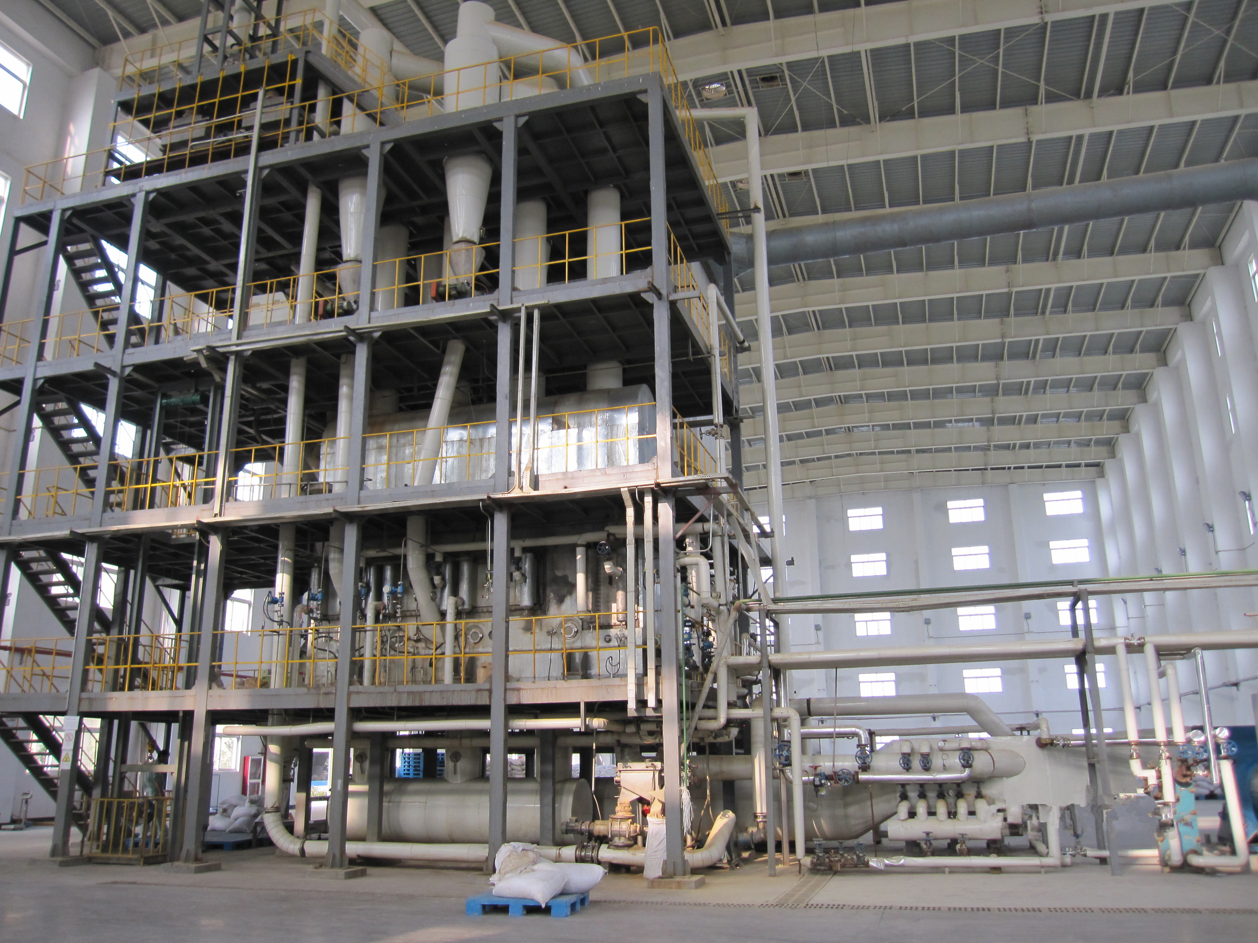 Large continuous fluidized bed granulator dryer